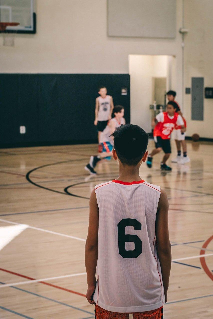 kid watching basketball game image